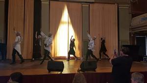 Palestinska dansgruppen Moria hälsade Sundsvalls nya medborgare välkomna den 6 juni. De var iklädda så kallade Palestinasjalar och dansade till en text som beskrivs som våldsbejakande.