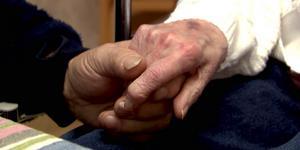 Den 93-årige kvinnan – och hennes döttrar – oroar sig för hennes trygghet.