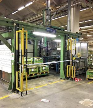Robotcellen, ett utrymme på 6x4 meter där en robotarm i taket som flyttar delar i växellådor till metallformerna på rullbandet.  Foto: Polisen
