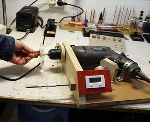 För att enklare kunna linda koppartråden till gitarrens pickups har Ulf byggt en hjälpreda bestående av borrmaskin och varvräknare ...