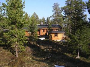 Johan och Ann-Sofi Hage, från Fagersta, fick tillgång till sin nya stuga i går. Eftersom de brukar semestra i Lofsdalen ville de ha något eget.Foto: Johan Hage