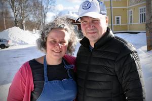 Tini Björs och Lennart Mattsson utanför vandrarhemmet.