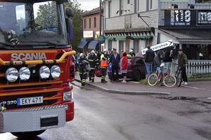 En bilist hann inte väja för en EPA-traktor utan körde av vägen, över trottoaren och in i en restaurang. Två personer på trottoaren skadades vid olyckan.