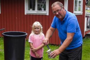 Peter Fryklund brukar ta med sig barnbarnet Ester Fryklund när han åker ut och fiskar.