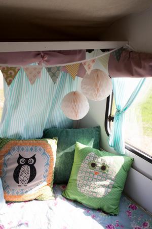 Sovavdelningen har pyntats med överkast, kuddar, gardiner och vimplar.