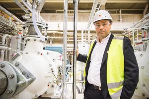 I bakgrunden syns de kvarnar som ska förvandla granfiber till MFC. Om några veckor ska produktionen av det förnyelsebara medlet som ska användas i tillverkningen av björkkartong starta. Platschef Mikko Sorjonen är övertygad om att en utökning av björkkartongsproduktion kräver investeringar.