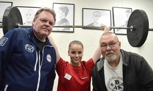 Borlänge Atletklubbs ungdomstränare är uppskattade. Joanna Thyni tog hem ett NM-silver i tyngdlyftning tack vare tränarna Bosse Johansson (till vänster) och Nippe Sylvén.