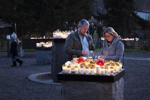 Lars och Margaretha Bergström tände ljus i minneslunden på Gustav Adolfs kyrkogård när skymningen lade sig på alla helgons dag.