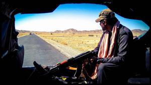 Enligt Tommie var det mycket öken genom de distrikt de åkte igenom. Under resan i Pakistan blev det mycket bilbyten och nya vakter som följde dem.  Foto: Privat