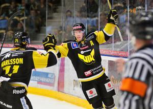 Fredrik Johansson firar ett mål tillsammans med William Karlsson i premiären av allsvenskan 2011. FOTO: Kenneth Hudd/arkiv