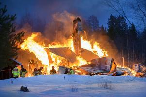En villa brann ner till grunden i Österström på lördagskvällen.