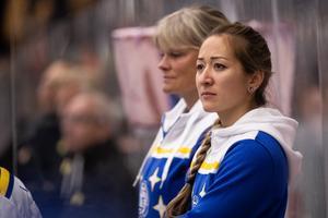 Leksands fysioterapeut Julia Johannesson i båset under en SHL-match den här hösten: