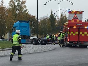 En lastbil och en personbil har kolliderat vid ICA Maxi-rondellen i Borlänge.
