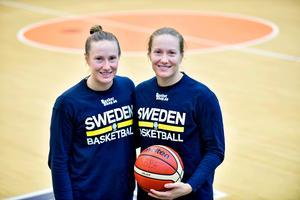 Tvillingarna Elin och Frida Eldebrink har alltid hängt ihop och på bollplanen har de stor nytta av sin samkördhet. Nu spelar båda i Europas bästa liga. Foto: Alexander Larsson Vierth/TT.