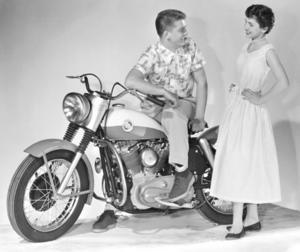 Tidens tand. Harley-Davidson startades redan 1903 och är tillsammans med Husqvarna världens äldsta kvarvarande mc-tillverkare. Modellen Sportster från 1957 blev en succé.