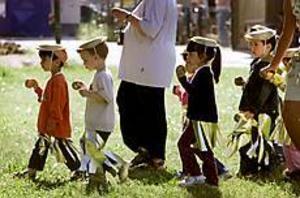 Foto: LASSE WIGERT Smygstart. Lättings barnfestival inleddes med ett sambatåg genom Stenebergsparken.