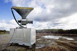 Här är maskinen som sprayar ut biologiska medel för att dämpa den värsta soplukten från Gräfsåsen.