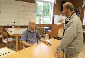 Per-Gunnar Hansers, till höger, var en av många som röstade i Alfta. Han lämnade sitt röstkuvert till Kjell Caspersson.