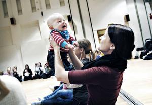 MUSIKGLÄDJE. Love Björnell, åtta månader, såg ut att stortrivas på babyrytmiken tillsammans med mamma Wendela Björnell.