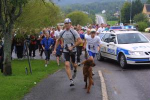 Familjen Persson från Jättendal var på hugget. Sonen Linus, till höger, blev snabbast men pappa Hans-Åke med hunden Bruce hängde med bra.