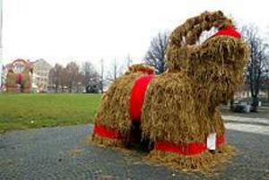 Vasaskolans julbock står på sin vanliga plats framför Stadsbiblioteket. Den var en av de första att konkurrera om uppmärksamheten med den stora Gävlebocken. Foto: Annakarin Björnström