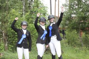 Tre glada tjejer som just fixat avancemang till elitserien – Thula Olskims, Ellen Larsson och Alva Trané.