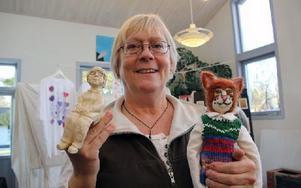 Berit Lundsten visar ett självporträtt i keramik och en mus hon tillverkat på kursen som blev en viktig nystart för henne. Foto: Eva Högkvist