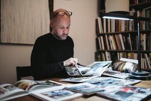 Patrik Leo, prisbelönt formgivare av fotoböcker, tycker att många av böckerna i testet faller på sina blanka plastiga omslag och dåliga bindning. Bild: Ola Jacobsen.