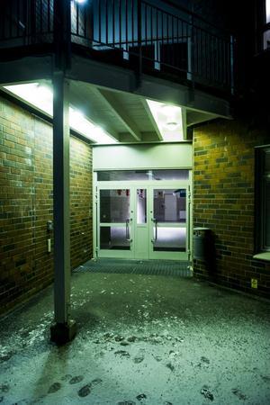 Bakom den här dörren i Bjästaskolan blev det i onsdags ett långt pass för ett antal innebandyspelare som tränade lite längre än de hade betalat för.