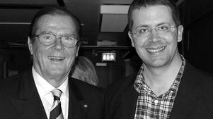 Anders Frejdh är en av världens främsta experter på James Bond och har träffat många Bond-profiler genom åren. Bland annat Roger Moore (1927–2017) som spelade den brittiske agenten i sju filmer från 1973 till 1985 . Den 18 januari är Anders Frejdh konferencier i Roslagsskolan när det arrangeras en Bondmusik-konsert där.  Foto: JamesBond007.se
