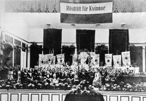 Landsföreningen för kvinnans politiska rösträtt (LKPR) har segermöte i Musikaliska akademien den 29 mars 1921 med högtidstal av Ellen Key. Palmer, blommor och standar från hela landet smyckar lokalen. Bildkälla: TT