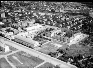Vy över kvarteret Albion med den kringbyggda gården strax söder om Gefle Porslinsfabrik. Många av arbetarna på porslinsfabriken bodde i Albion. I förgrunden syns Tobaksmonopolets byggnad där Engelska skolan håller till i dag. Foto: Länsmuseet Gävleborg