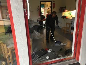 Anton Sandberg, saneringstekniker, städar upp efter älgens framfart.