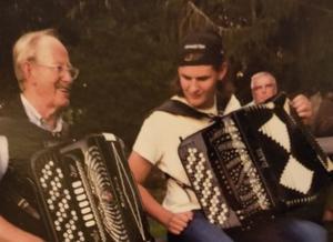 Janne Persson och barnbarnet Melvin bjuder på härliga dragspelstoner på Logen i Berga Brystuga.