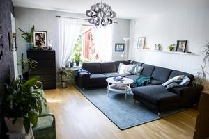 Vardagsrummet domineras av en stor soffa där Linda och hennes dotter Mirabell ofta kryper upp och myser.