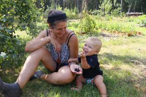 Love gillar att ta del av vad trädgården har att ge. Här får han svarta vinbär av mamma Elin. De gamla trädgårdsbären har sin givna plats i familjen Säfves skogsträdgård.