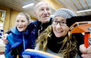 I curlinghallen. Sara till vänster. pappa Stuart syrran Jonna.