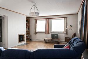 I vardagsrummet finns det en öppen spis. Bild: Fastighetsbyrån Fagersta.