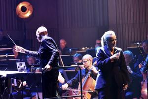 Dirigent Hans Ek och Ane Brun.