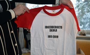 Alla elever får bland annat en varsin tröja som skolkompisarna kan signera åt varandra som minne av skolan.