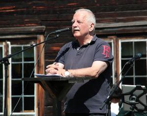 Kommunstyrelsens ordförande Lars Molin höll tal på hembygdsgården.