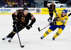 Marcel Müller i tyska landslagströjan mot Tim Erixon i ishockey-VM våren 2011. Foto: Joel Marklund/Bildbyrån