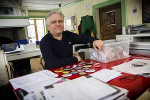 Tillverkningen av badges tar form hemma hos Calle Häggqvist på gården i Ed.