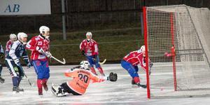 Andra halvlek bjöd på totalt sju mål av Västanfors. Här Andreas Hjulströms 5–0-mål. Nummer 23, Klas Nordström, var matchens största nätare med totalt fem mål.