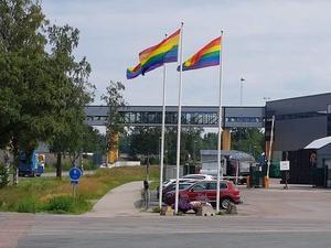 De tre prideflaggorna vid Spendrups i Grängesberg.