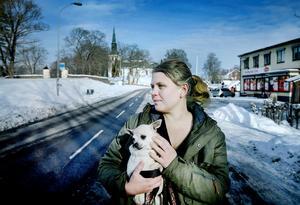 Hunden Lucy försvann samtidigt som hussen Magnus Natschki, nu har Karolina Björk hämtat hem den lilla chihuahuan till hemmet i Närkes Kil.
