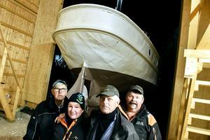 Alf Vennberg, Lena Karlsson, Kennet Karlsson och Janne Nordin var några av de sista entusiasterna som fanns på plats in i det sista trots kylan och mörkret.