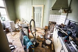 Av det här gamla köket på övervåningen ska det bli en tvättstuga.