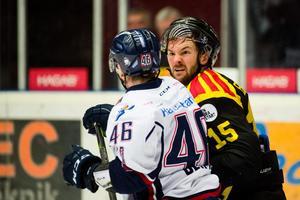 Simon Bertilsson visade lite fajtingface när Mathis Olimb bjöd upp till dans. Bild: Simon Hastegård/BILDBYRÅN.
