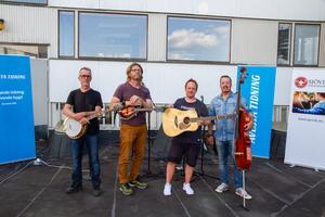 Downhill Bluegrass Band spelade live på AT:s tak 26 juni.